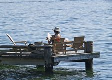 Dame auf Dock Stockfotografie