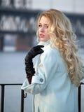 Dame auf Promenade Lizenzfreie Stockfotos