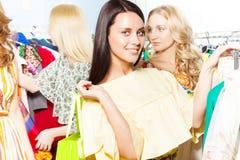 Dame avec du charme avec d'autres femmes dans le centre commercial Photographie stock