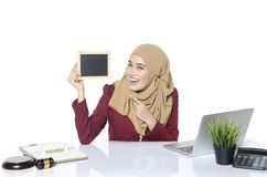 dame avec le hijab reposant et tenant le tableau vide pour le texte photos libres de droits