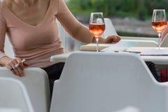 dame ayant le verre à boire de date de vin images stock