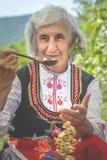 Dame balkanique du festival de Rose photos libres de droits