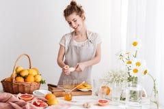 Dame binnen en samendrukkings sap die van citrusvruchten duidelijk uitkomen Royalty-vrije Stock Foto's