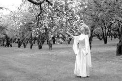 Dame blanche et fleurs blanches Photos stock
