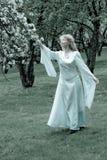 Dame blanche et fleurs blanches Photographie stock