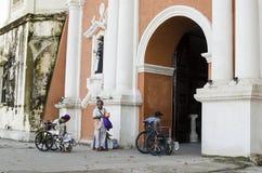 Dame, Blinder neben behindertem Bettler im Rollstuhl am Friedhofs-Tor-Portal Stockfoto