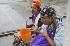Dame, Blinder neben behindertem Bettler im Rollstuhl am Friedhofs-Tor-Portal, zum von Almosen zu suchen Lizenzfreie Stockfotografie