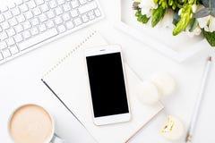 Dame Bloggers bearbeiten Schreibtisch mit frischem Blumenstrauß von Blumen und von macaro Stockbilder