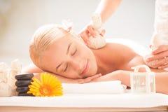 Dame blonde appréciant des massages photographie stock