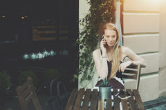 Dame blonde attirante attendant son ami en café de rue Images stock