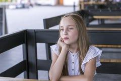 Dame blonde avec du charme dehors en café de rue photographie stock libre de droits