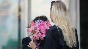 Dame blonde recevant des fleurs et des félicitations sur des études universitaires banque de vidéos