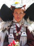 Dame bouddhiste traditionnelle au festival de Ladakh images stock