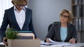 Dame bouleversée de bureau avec la boîte de carton mise le feu du travail, problème de chômage photographie stock
