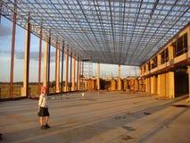 Dame CEO liefert Dach für Einkaufszentrum Stockfotografie