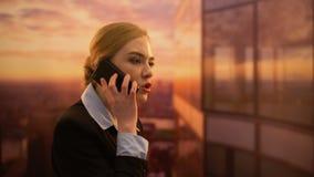 Dame chef- boos over marketingcampagne, die met PR-agentschap telefonisch zweren stock footage