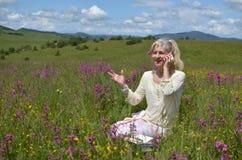 Dame Communicating in der Natur lizenzfreie stockbilder