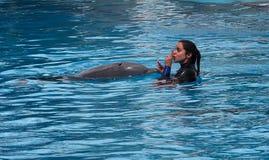 Dame Communicating With Dolphin stockbilder