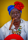 Dame cubaine de cigare Images stock