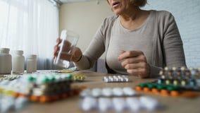 Dame dépendante se sentant bien après le boire des pilules, symptômes de maladie, hypochondrie banque de vidéos