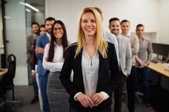 Dame d'affaires avec le regard positif et le sourire gai posant pour l'appareil-photo Image libre de droits