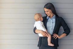 Dame d'affaires avec son bébé image libre de droits