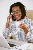 Dame d'affaires ayant l'appel téléphonique images stock