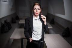 Dame d'affaires dans le costume et avec les lèvres rouges et avec le comprimé ; Photographie stock