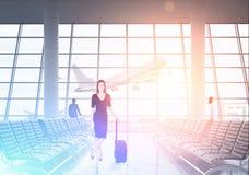 Dame d'affaires dans le noir voyageant à l'étranger Images stock