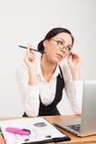 Dame d'affaires de brune avec l'ordinateur portable Images stock
