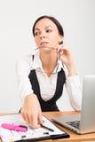Dame d'affaires de brune avec l'ordinateur portable Photo stock