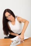 Dame d'affaires de brune avec la grande agrafeuse Image libre de droits