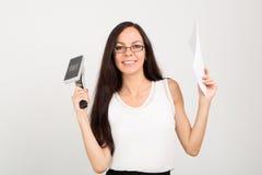 Dame d'affaires de brune avec la grands agrafeuse et papiers Photo libre de droits