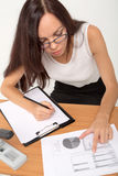 Dame d'affaires de brune recherchant des nombres Photos libres de droits