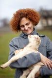 Dame d'agriculteur avec une chèvre de bébé Photographie stock