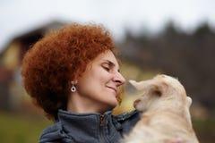 Dame d'agriculteur avec une chèvre de bébé Photo libre de droits