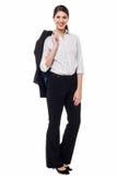 Dame d'entreprise avec le blazer lancé au-dessus de son épaule Image libre de droits