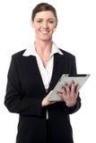 Dame d'entreprise travaillant au dispositif de comprimé image libre de droits