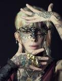 Dame in dark, met tatoegering onface met masker royalty-vrije stock foto