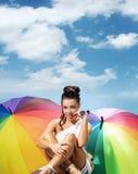 Dame de attirance avec un groupe de parapluies colorés Images stock