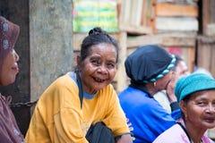 Dame de Dayak vendant la nourriture sur le marché de gens du pays de Samarinda Image libre de droits