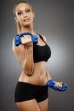 Dame de forme physique travaillant avec des haltères Image libre de droits