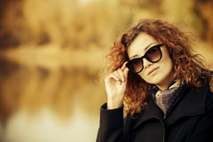 Dame in de herfst Stock Foto