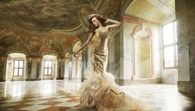 dame de mode dans un intérieur élégant Photos libres de droits