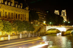 dame de notre över den paris flodseinen Royaltyfria Foton