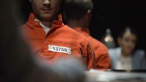 Dame de procureur et criminel condamné pendant la prison de interrogation d'interrogation banque de vidéos