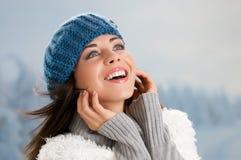 Dame de sourire heureuse de l'hiver Images libres de droits