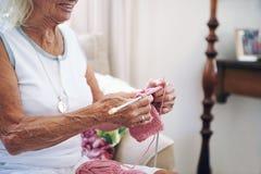 dame de tricotage vieille Photo libre de droits