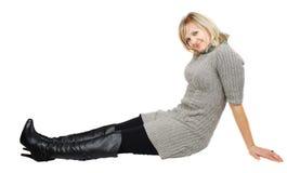 Dame in den schwarzen Matten und im grauen Kleid. Stockfotos