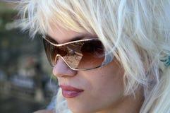 Dame in den Sonnenbrillen. Reflexion Lizenzfreie Stockfotos